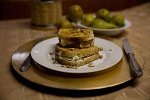 Zapeceny-toast-s-hruskami-nivou-a-orechy