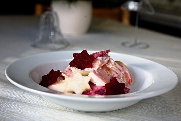 bramborovy-salat-s-cervenou-repou-jablkem