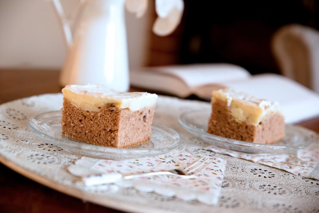 kakaový koláč s pudinkem a smetanou